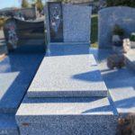 Monument funéraire avec stèle en couleur