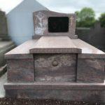 Monument funéraire en granit avec porte - Marbrerie Borro