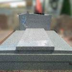 Monument double en granit de Saint Salvy avec motif en pâte de verre